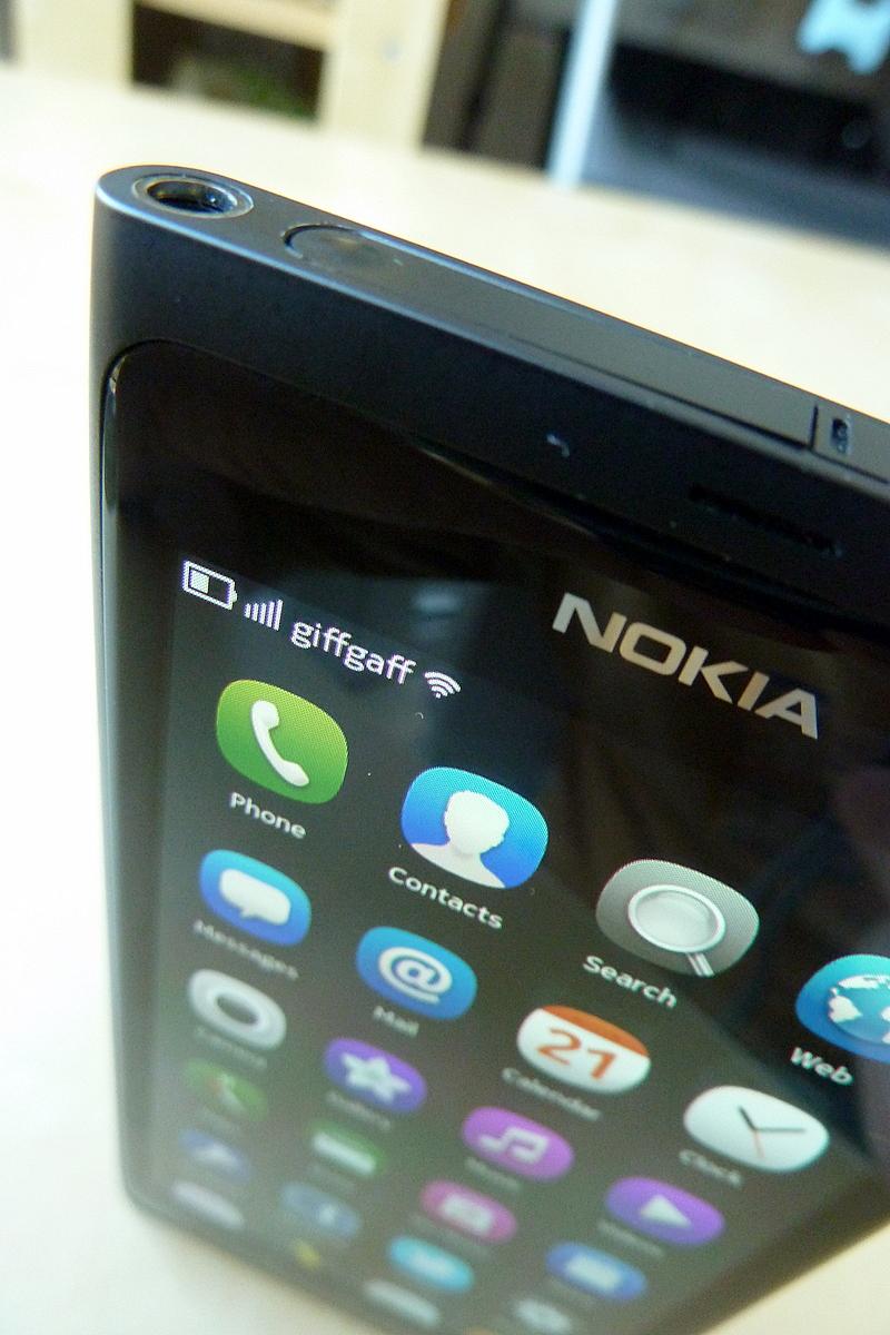 Nokia N9 display from top