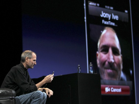 10967 steve jobs demonstrates the facetime feature on the iphone 4