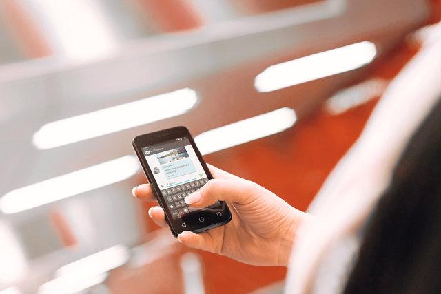 Ewok Lifestyle02 Texting 3000x2000 01 RGB