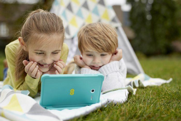 ee robin kids watching screen