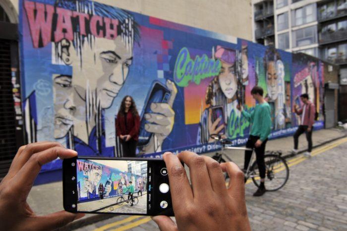 evolving mural london smartphones05538160683.jpg